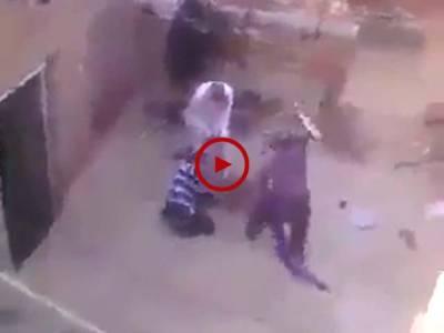 اس ویڈیو میں دیکھیں یہ لو گ کس طرح اس لڑکی پر ظلم کر رہے ہیں۔ وجہ چاہے کچھ بھی ہو لیکن ایسا کرنا درست نہیں۔ لڑکی کی چیخ و پکار سن کر بھی ان ظالموں کو رحم نہیں آیا۔ ویڈیو: محمد حمزہ۔ لاہور