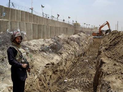 افغان سر زمین سے دراندازی روکنے کے لئے پاک فوج نے سرحد پر خاردار تار لگانے کا کام شروع کردیا