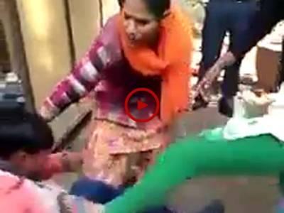 لڑکیوں کو چھیڑنے والے کی ایسی دھلائی ہوئی کہ اب وہ دوبارہ ایسا کرنے کا کبھی سوچے گا بھی نہیں۔ ویڈیو: میاں یوسف۔ لاہور