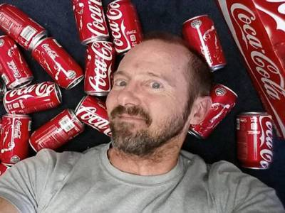 یہ آدمی ایک ماہ تک روزانہ کوکا کولاکے 10کین پیتا رہا اور پھر ۔۔۔