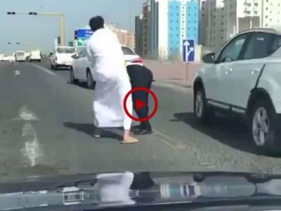 ویڈیو میں دیکھیں ان صاحب نے اس پولیس والے کی بیچ سڑک میں پٹائی کر ڈالی۔ ویڈیو:عمر سلہری۔ سعودی عرب
