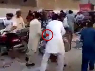 آئل ٹینکر کے بعد کوکا کولا کی گاڑی کو پیش آنے والے حادثے میں دیکھیں یہ لوگ پیٹرول کی طرح ان بوتلوں پر بھی ٹوٹ پڑے۔ ویڈیو:حمزہ علی۔ لاہور