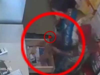 دکان کی ملازمہ نے صفائی کرتے وقت دکان سے کیش چوری کر لیا لیکن اس کی یہ حرکت کیمرے کی آنکھ نے محفوظ کر لی۔ ویڈیو: میاں یوسف۔ لاہور