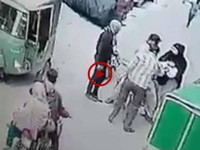 دن دیہاڑے سرعام ہونے والی ڈکیتی کی ویڈیو دیکھیں۔ ویڈیو: سہیل بٹ۔ لاہور
