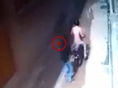 کراچی میں ہونے والی واردات کی CCTV فوٹیج دیکھیں۔ ویڈیو میں دیکھیں خاتون کے ساتھ واردات کے دوران مار پیٹ بھی کی گئی۔ ویڈیو: محمد حمزہ۔ کراچی