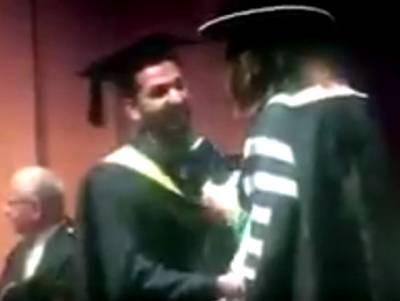 """""""میں پہلے یہ کام کروں گا"""" پاکستانی طالب علم ڈگری لینے سٹیج پر آیا تو سب کے سامنے ایسی حرکت کر دی کہ پورا ہال تالیوں سے گونج اٹھا، ویڈیو نے سوشل میڈیا پر دھوم مچا دی، دیکھ کر حسن علی بھی خوش جائیں گے"""