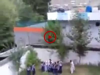 اس ویڈیو میں دیکھیں سنگدل استاد سکول میں لیٹ آنے پر کس طرح چھوٹے معصوم بچوں کو بےدردی سے مار رہا ہے۔ ویڈیو: عاطف اعجاز۔ لاہور