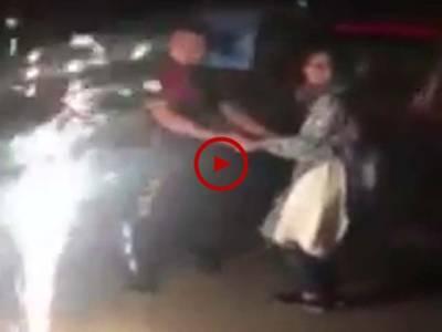 پولیس اسکواڈ کے نوجوان نے سب کے سامنے لڑکی کو شادی کے لیے پرپوز کیا۔ ساتھی اہلکاروں نے سائرن بجا کر مبارک باد دی۔ ویڈیو: سہیل بٹ۔ لاہور