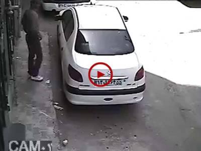 اس چور کودیکھیں کیسے چند سیکنڈز میں گاڑی کا لاک دروازہ کھول دیا اور چوری کرکے فرار ہو گیا۔ ویڈیو: عباس علی۔ لاہور