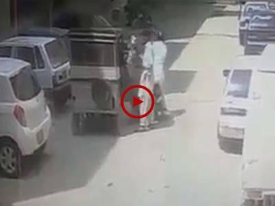 کراچی میں دن دیہاڑے عورت کے ساتھ ہونے والی واردات کی CCTV فوٹیج دیکھیں۔ ویڈیو: فیصل علی۔ کراچی