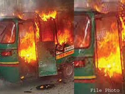 چالان ہونے پر ڈرائیور نے جی پی او چوک میں رکشہ کو آگ لگا دی