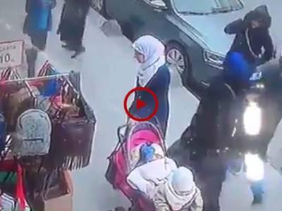 ان عورتوں نے اس بیچاری عورت کو کس طرح دھوکے سے لوٹ لیا اس ویڈیو میں دیکھیں۔ ویڈیو: آغا خرم۔ لاہور