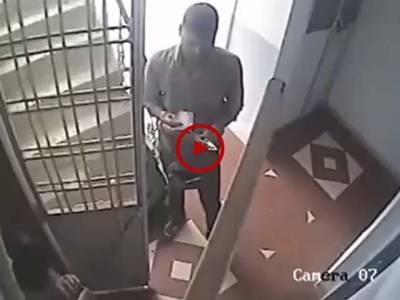 اس ویڈیو میں دیکھیں اس بندے نے کیسے دونمبری سے پیسے چورائے۔ ویڈیو: محمد شہباز۔ لاہور
