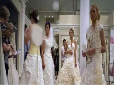 نیویارک میں ماڈلز کی ٹشو پیپرز سے تیار کیے گئے ملبوسات پہن کر ریمپ پر واک