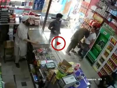 کراچی دہلی کالونی میں شمیم مسجد کے قریب اسٹور پر ڈکیتی کی CCTVفوٹیج دیکھیں۔ ویڈیو: محمدحمزہ۔ کراچی