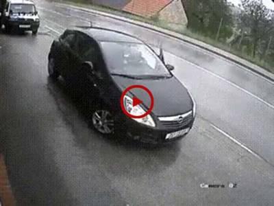 یہ صاحب گاڑی کی ہینڈ بریک لگانا بھول گئے۔ زرہ سی بھول سے کتنا بڑا حادثہ ہو گیا اس ویڈیو میں دیکھیں۔ ویڈیو: عاطف لطیف۔ لاہور
