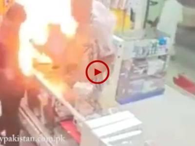 اس ویڈیو میں دیکھیں موبائل چیک کرتے ہوے اس میں آگ لگ گئی۔ ویڈیو: سہیل بٹ۔ لاہور