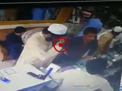 ویڈیو میں دیکھیں یہ گروہ کراچی میں لوٹ مار کر رہا ہے۔ سب ہوشیار رہیں۔ ویڈیو: فیصل علی۔ کراچی