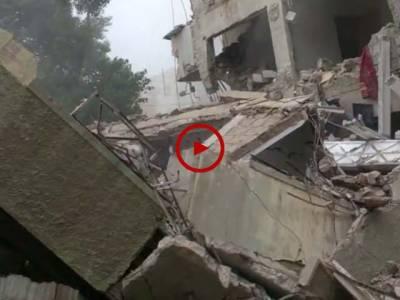 اس ویڈیو میں دیکھیں کیسے یہ عمارت چند لمحوں میں زمین بوس ہو گئی۔ ویڈیو: محمد عثمان۔ کراچی