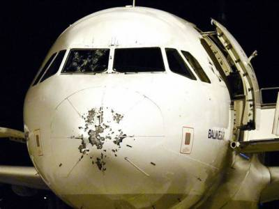 دوران پرواز اس جہاز سے کیا چیز ٹکرائی تو یہ حالت ہوگئی؟ کوئی پرندہ یا ڈرون نہ تھا بلکہ۔۔۔ ایسی خبر آگئی جو آپ نے زندگی میں کبھی نہ سنی ہوگی