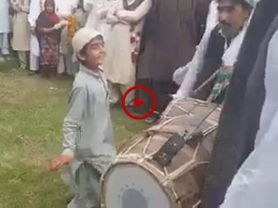 ڈھول کی تھاپ پر اس بچے نے ایسا زبردست ڈانس کیا کہ جسے دیکھ کر سب حیران رہ گئے۔ ویڈیو: سہیل بٹ۔ لاہور