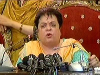 شیریں مزاری نے پریس کانفرنس کے دوران تحریک انصاف کی خاتون کارکن کے ساتھ وہی شرمناک حرکت کر ڈالی جس کی شکایت عائشہ گلالئی مسلسل کر رہی ہیں
