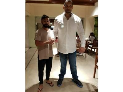 بھارتی کپتان ویرات کوہلی سوشل میڈیا پر ریسلر کھالی کیساتھ تصویر شیئرکرکے مذاق بن گئے