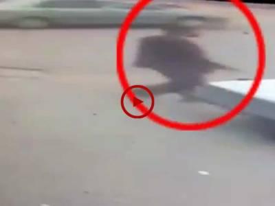 کراچی کے ایک نجی بینک میں دوران ڈکیتی ہونے والے قتل کی ویڈیو دیکھیں۔ ویڈیو: فیصل علی۔ کراچی