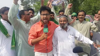54 سال کا بزرگ جو موٹرسائیکل پر ریلی کے ساتھ لاہور جارہا ہے، یہ کہاں سے آیا ہے اور اس کے جذبات اس ویڈیو میں دیکھیں