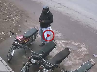 اس ویڈیو میں دیکھیں کیسے پلک چھپکتے ہی یہ شحص موٹر سائیکل چوری کر کے فرار ہو گیا۔ ویڈیو: سہیل بٹ۔ لاہور