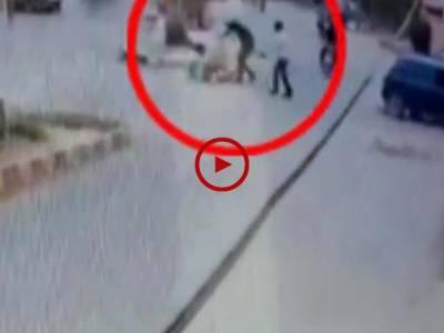 ویڈیو میں دیکھیں ڈاکوؤں نے دن دیہاڑے اس لڑکے کے ساتھ نہ صرف ڈکیتی کی واردات کی بلکہ سرعام فائرنگ کر کے زخمی بھی کر دیا۔ ویڈیو: فیصل علی۔ کراچی