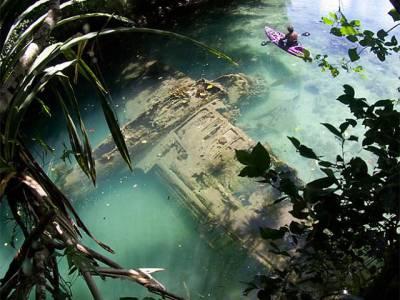 جھیل پر چھٹیاں منانے گئے سیاحوں کو پانی کے نیچے پورا ہوائی جہاز ڈوبا ہوا نظر آگیا، یہ کونسا جہاز ہے اور جھیل میں کیسے اور کب آگرا؟ جان کر آپ کا بھی منہ کھلا کا کھلا رہ جائے گا