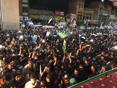 نواز شریف کا قافلہ کھاریاں پہنچ گیا، جگہ جگہ شاندار استقبال، کارکنوں کے ڈھول کی تاپ پر بھنگڑے