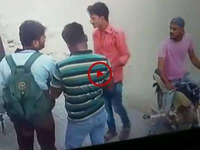 ویڈیو میں دیکھیں کراچی میں ڈاکوکس طرح بغیر کسی ڈراورخوف کے لوٹ مار کر رہے ہیں۔ویڈیو: محمد حیدر۔ کراچی