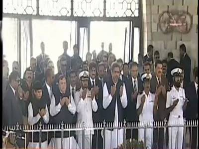وزیر اعظم شاہد خاقان عباسی کراچی پہنچ گئے، مزار قائد پر حاضری، پھولوں کی چادر چڑھائی