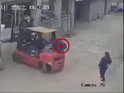 ویڈیو میں دیکھیں اس خاتون کے ساتھ کیسا دلخراش حادثہ پیش آگیا۔ ویڈیو: حسن فاروق۔ لاہور