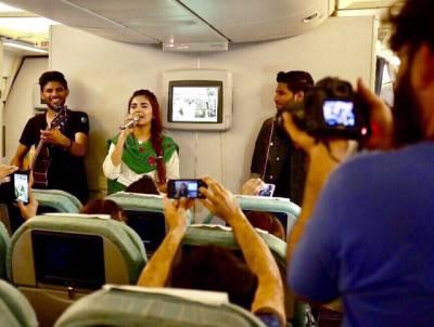 """""""میری فلائٹ لیٹ ہوئی حسب عادت پی آئی اے کو کوسنا شروع ہی کیا تھا کہ۔۔۔"""" کراچی سے اسلام آباد جانے والے مسافروں کو اچانک ایسا سرپرائز مل گیا کہ ہر کوئی خوشگوار حیرت میں ڈوب گیا، جہاز میں ایسی شخصیات پہنچ گئیں کہ ہر کوئی خوشی سے نہال ہو گیا"""
