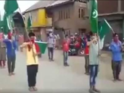 مقبوضہ کشمیرکے جوانوں کا پاکستان کے 70ویں جشن آزادی کے موقع سبز ہلالی پرچم اٹھا کر پریڈ ،بھارت کو مرچیں لگ گئیں ،سخت اقدامات کا فیصلہ کر لیا