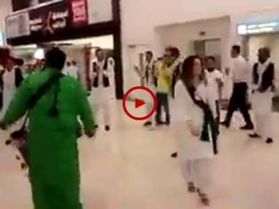 دبئی ائیرپورٹ پر پاکستانیوں کاجشن آزادی منانے کا زبردست انداز۔ ویڈیو: علی رزاق۔ لاہور