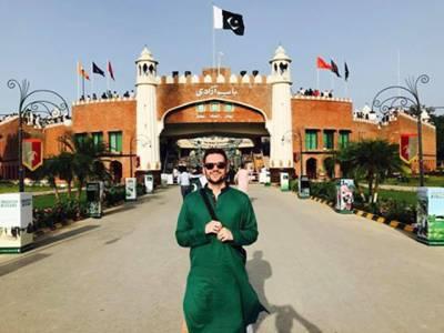 """""""میں بھارت کی سرحد پر کھڑا ہوں اور۔۔۔"""" جشن آزادی پر پاکستان آئے بین الاقوامی کامیڈین نے بھارت کے یوم آزادی پر اپنی تصویر کیساتھ ایسی بات کہہ دی کہ پاکستانیوں کی ہنسی نہ رکے، بھارتی غصے سے لال پیلے ہو گئے"""