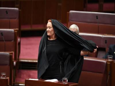آسٹریلوی پارلیمنٹ میں یہ خاتون سینیٹر برقع پہن کر آگئی، افراتفری پھیل گئی، لیکن یہ کام کیوں کیا؟ جان کر ہر مسلمان کو غصہ آجائے