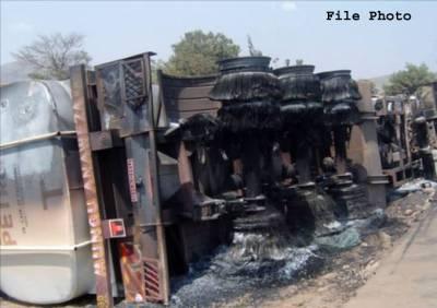 قومی شاہراہ پر آئل ٹینکر الٹ گیا، 50 ہزار لٹر مٹی کا تیل موجود تھا، پولیس