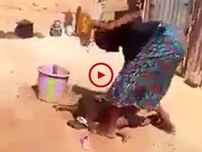 اس ویڈیو میں دیکھیں یہ ظالم ماں کس بےدردی سے اپنے معصوم بچے کو مار رہی ہے۔ ویڈیو: عباس علی۔ لاہور