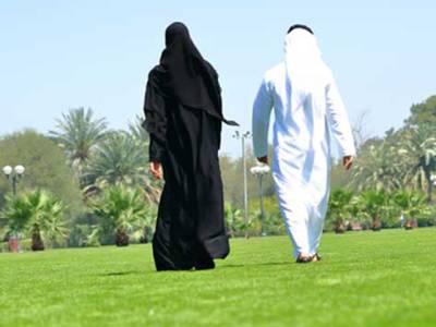 سڑک پر شوہر کے ساتھ چلتی سعودی لڑکی نے ایسی حرکت کردی کہ شوہر نے موقع پر ہی طلاق دے دی، کیا کیا تھا؟جان کر پاکستانی مَردوں کی آنکھیں کھلی کی کھلی رہ جائیں