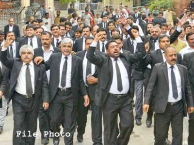ہائی کورٹ بار ملتان کے صدر کے وارنٹ گرفتاری کے خلاف اعلیٰ عدالتوں میں کال ناکام ،ماتحت عدالتوں میں وکلاءکی بھرپور ہڑتال