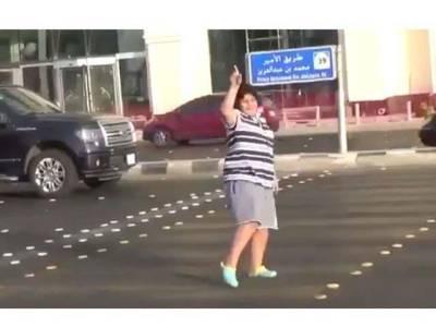 سعودی پولیس نے سڑک پر ڈانس کرتے ہوئے 14سالہ لڑکے کو گرفتار کر لیا