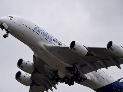 دنیا کا سب سے بڑا طیارہ مدینہ ایئرپورٹ پہنچ گیا، آبی توپوں سے خیر مقدم