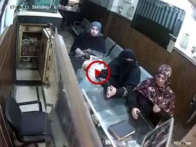 ویڈیو میں دیکھیں عورت نے پلک چھپکتے ہی سنار کی دکان میں چوری کی لیکن کیمرے کی آنکھ سے نہ بچ پائی۔ ویڈیو: میاں یوسف۔ لاہور