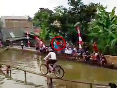 سائیکل چلانے کا دلچسپ مقابلہ. آئیے دیکھتے ہیں اس خطرناک کھیل میں کون کامیاب ہوتا ہے. ویڈیو: سیار احمد ہمدرد۔ سعودی عرب
