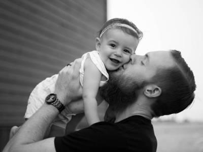 والد کی شخصیت بیٹیوں کی زندگی اور شخصیت پر انتہائی گہرے اثرات مرتب کرتی ہے :امریکی ماہرین نفسیات